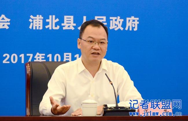 县长李军在发布会介绍旅游文化节情况