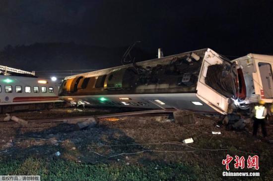 10月21日拍摄的台湾列车出轨翻覆事故现场。